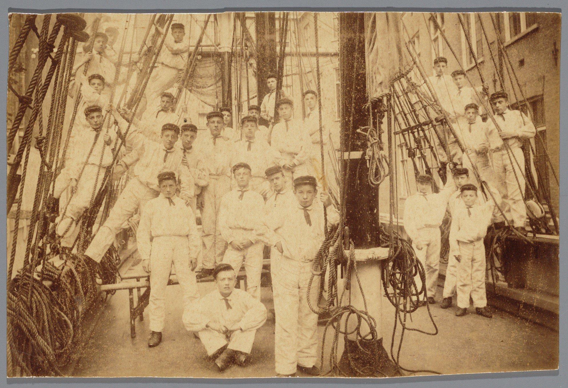 Kweekschool-Zeevaart-Groep-leerlingen-aan-boord-van-het-Instructieschip